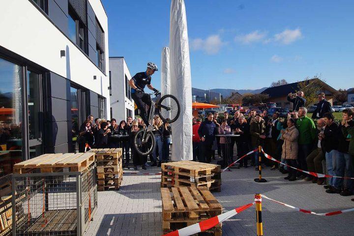 Trial-Show: Patrick Schechinger gibt Mitarbeitern von FSM Fahrtechnik-Tips
