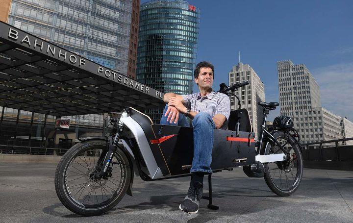 Bild von Jens Sturm mit seinem Cargobike am Postdamer Platz