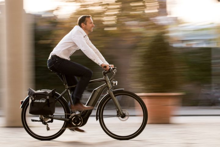 Arbeitgeber fährt Fahrrad seitlich