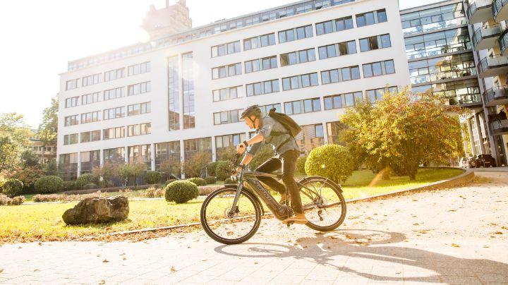 Fahrradfahrer fährt von der Arbeit nach Hause