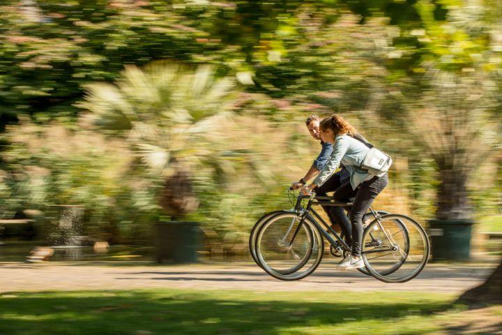 Zwei Radfahrer unterwegs, Seitenansicht