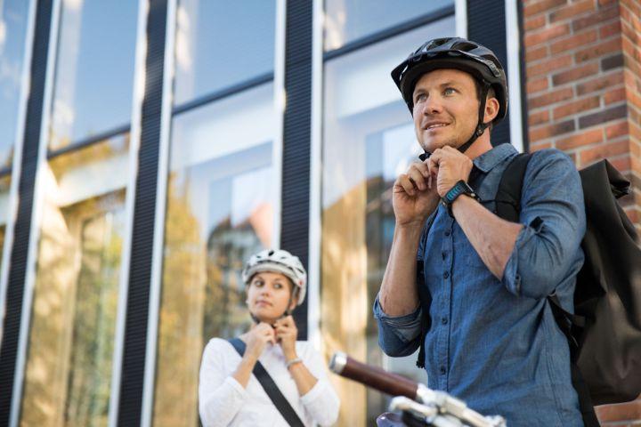 Zwei JobRadler mit Helm