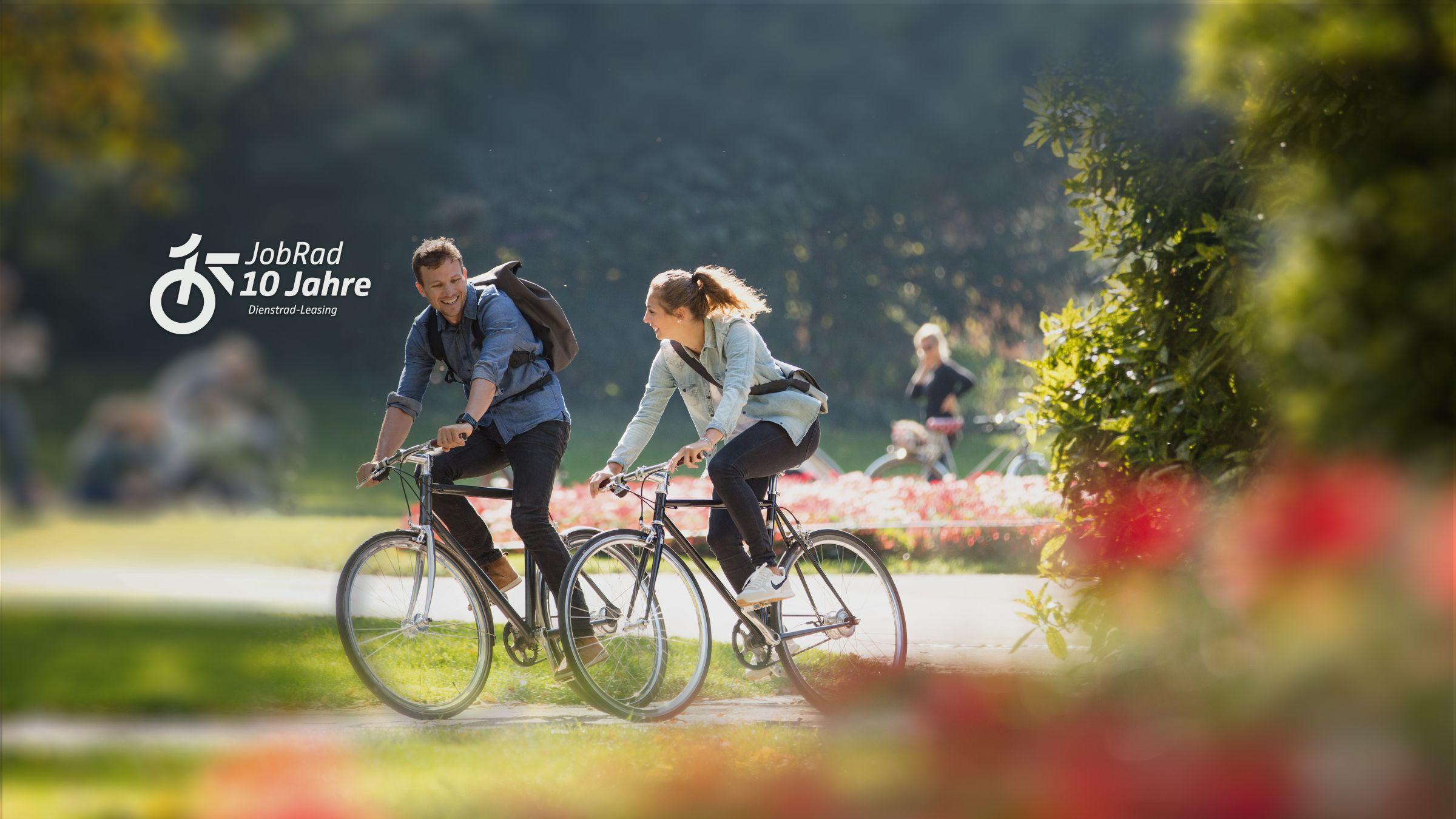 Jubiläumsgrafik 10 Jahre Dienstrad Leasing, zwei Radfahrer von der Seite