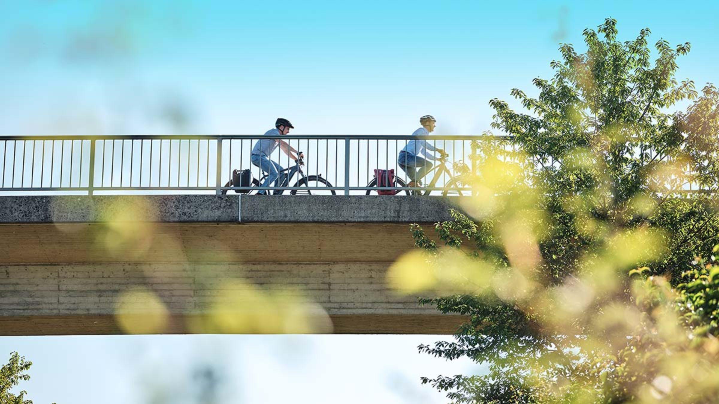 Radfahrer auf einer Brücke
