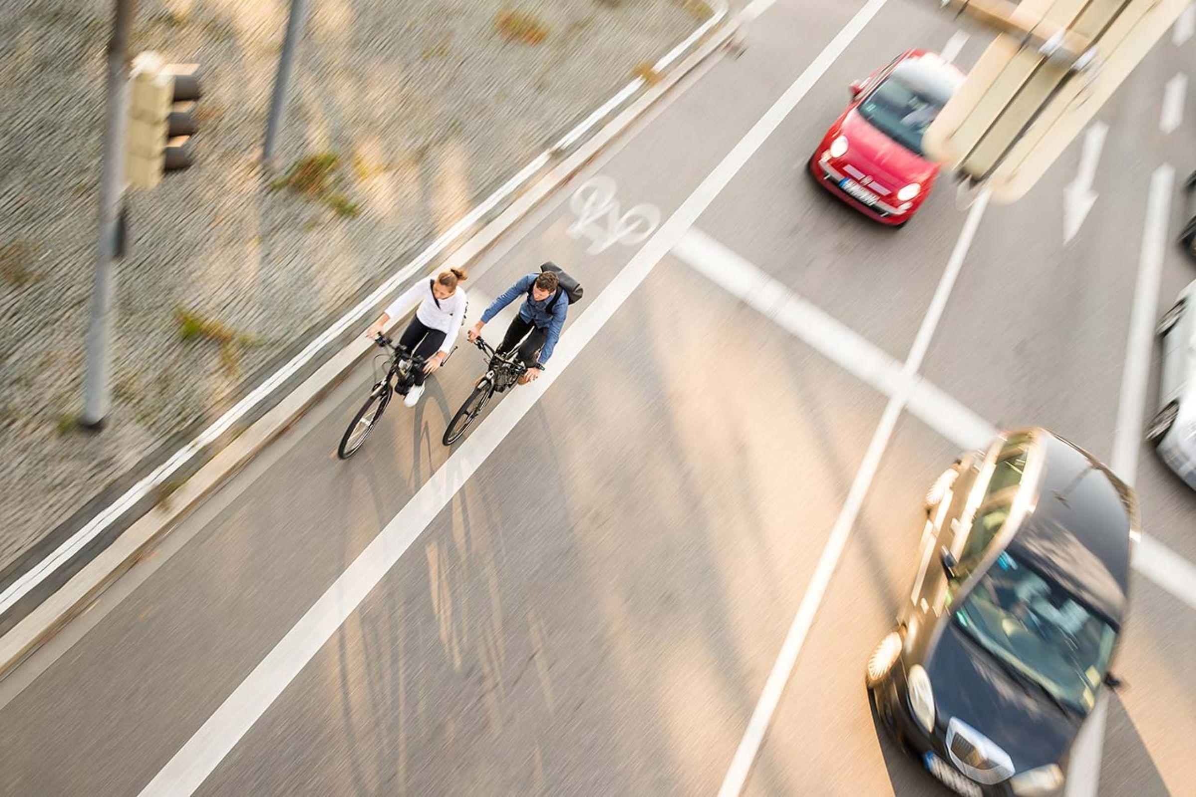 Zwei JobRadler im Straßenverkehr mit Autos