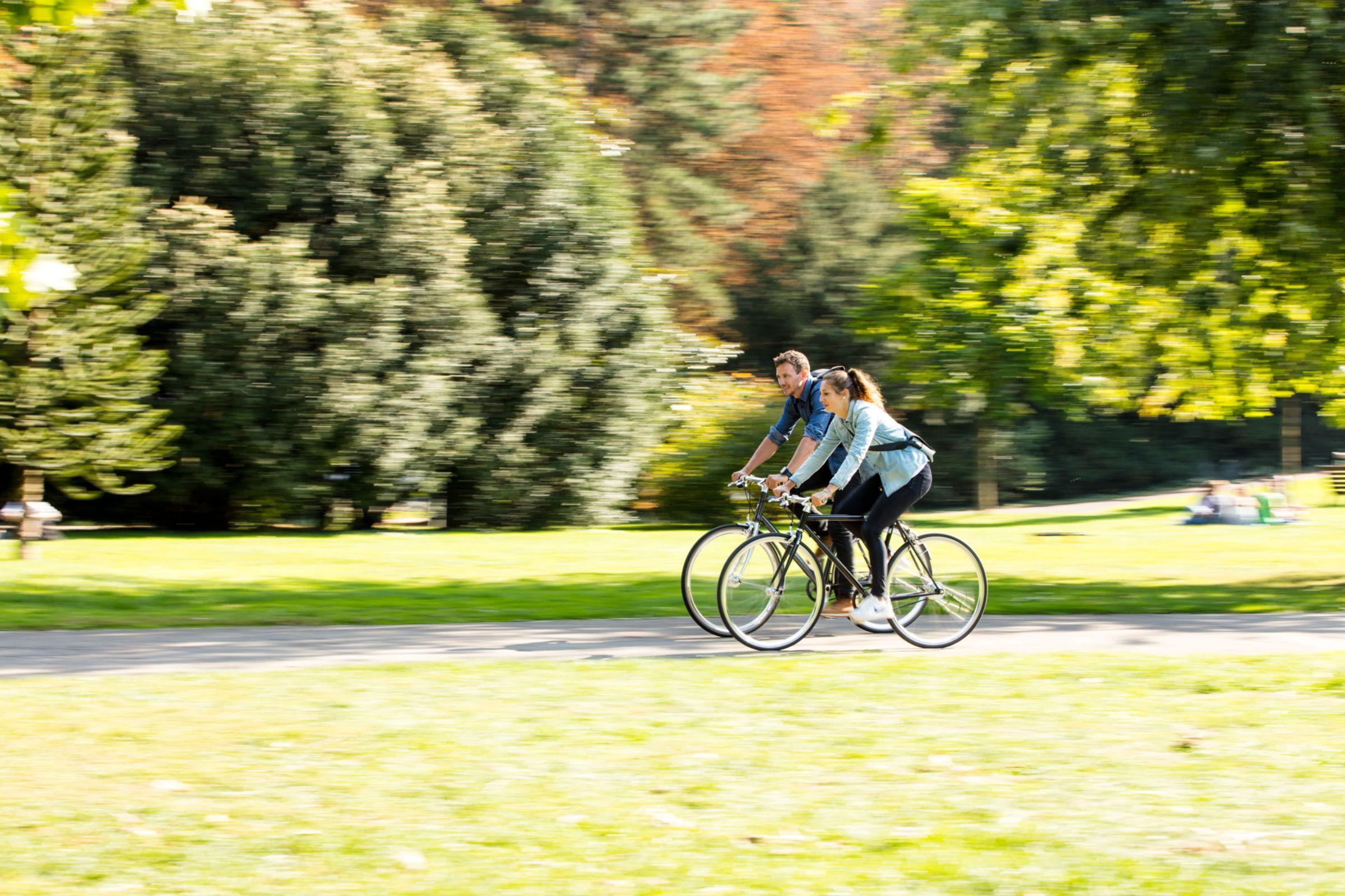 Zwei Radler unterwegs, seitliche Ansicht