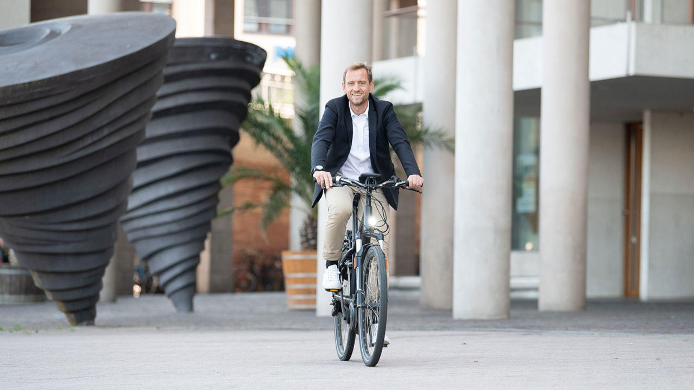 JobRad-Geschäftsführer Ulrich Prediger fährt Fahrrad frontal