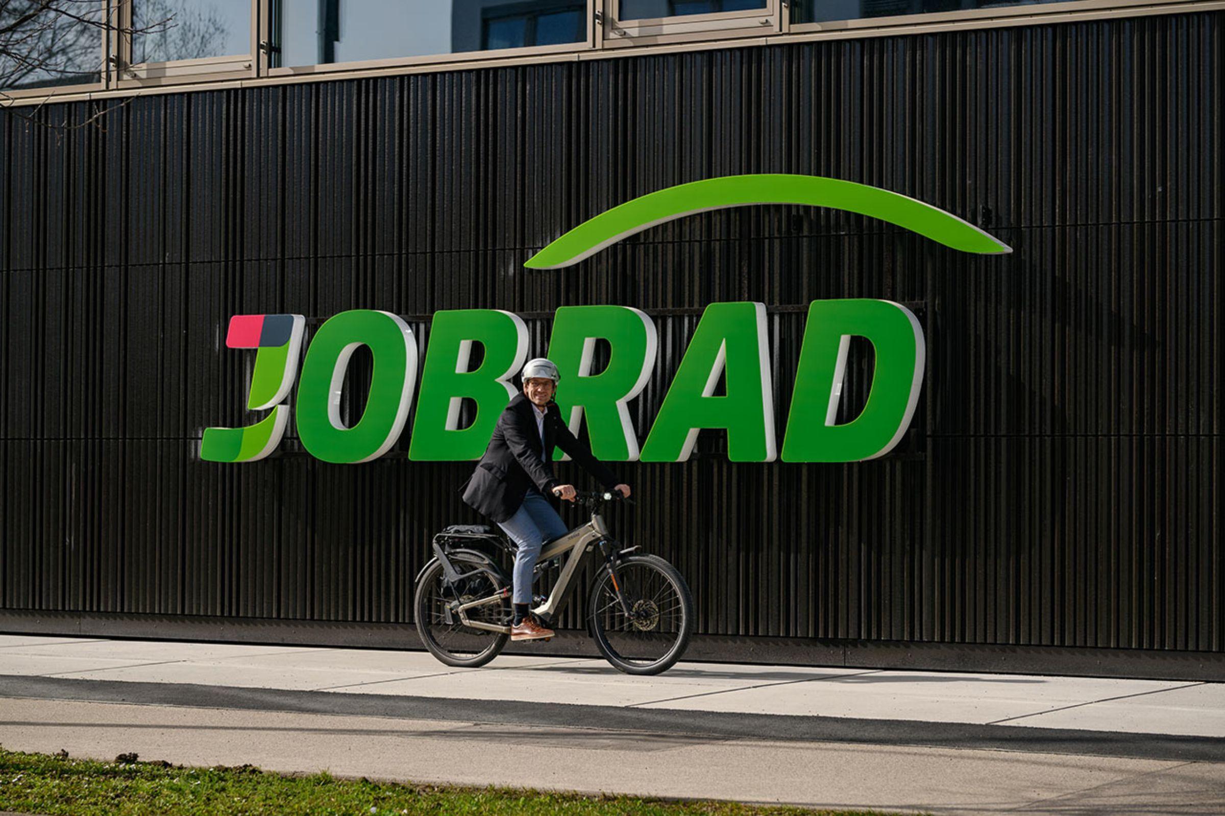 Gründer vor neuer Firmenzentrale | JobRad